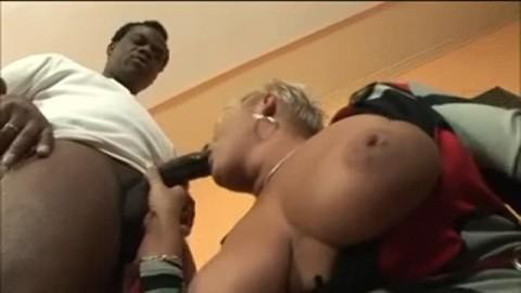 Deux bites noires et géantes pour une femme mature