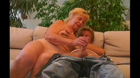 un jeune couche avec une femme mature