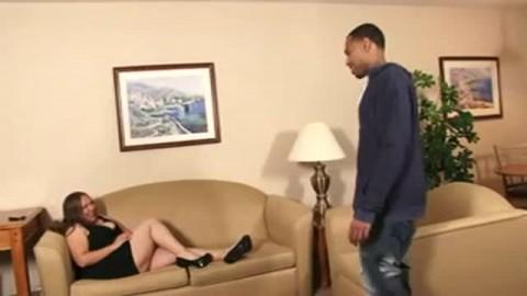 BBW baise et mouille à mort sur le canapé