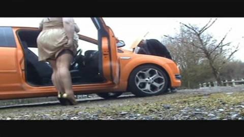 Une BBW se fait baiser près d'une voiture