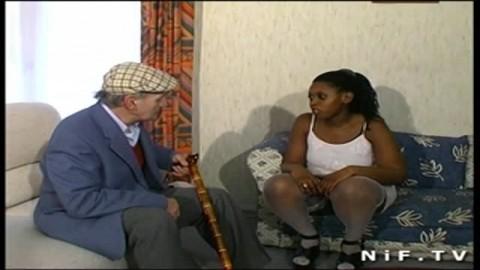 Un papy français voyeur baise une jeune black au gros cul très salope