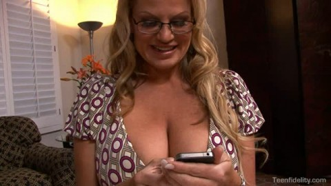 Jaelyn Fox se tape une belle bite avec Kelly Madison