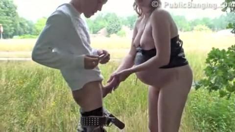 Femme enceinte se fait défoncer au bord de la route